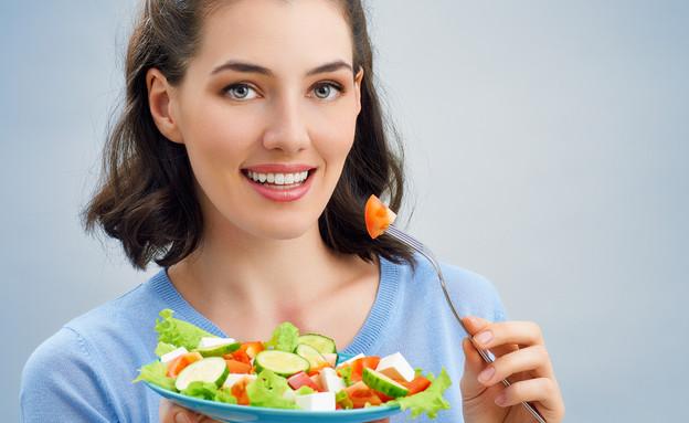 אישה אוכלת סלט (צילום: Yuganov Konstantin, Shutterstock)