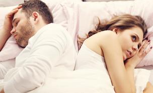 זוג מבואס במיטה (צילום: Kamil Macniak, Shutterstock)