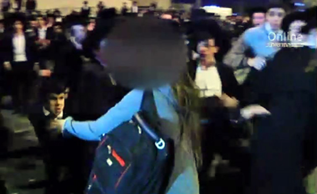 """כוחות מג""""ב מחלצים את הצעירה (צילום: חדשות 2)"""
