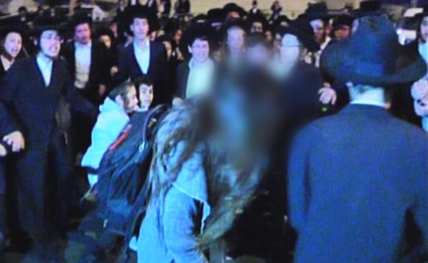 חרדים צועקים על בחורה במהלך הפגנה שיקסע (צילום: חדשות 2)