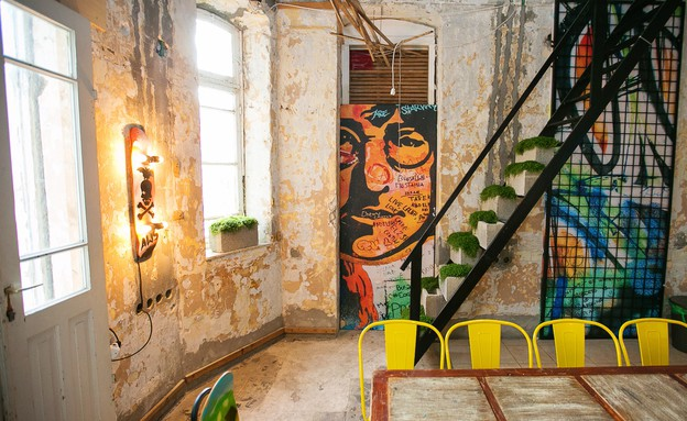בית המידות, הלאונג', חדר ישיבות בסגנון אמנות רחוב-כיסא ונורת קיר (צילום: אייל גזיאל)