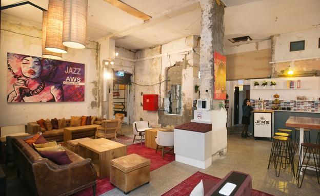 בית המידות, הלאונג' - מועדון ג'אז - כורסאות וכיסאות בר. בגב הספה (צילום: אייל גזיאל)