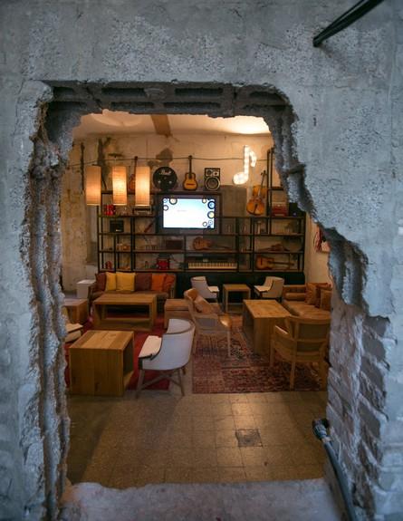 בית המידות, הלאונג' -מועדון ג'אז דרך חלון פעור בקיר (צילום: אייל גזיאל)