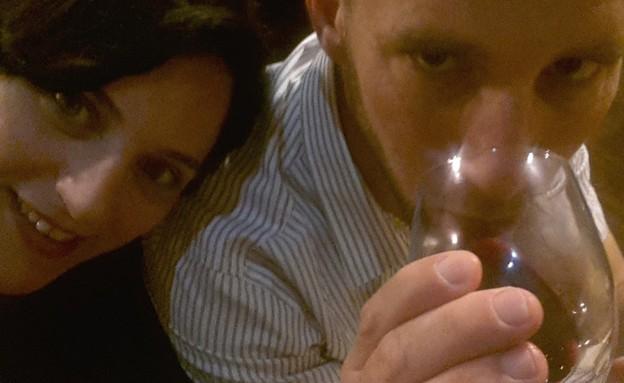 שותים כוס יין (צילום: צילום ביתי)