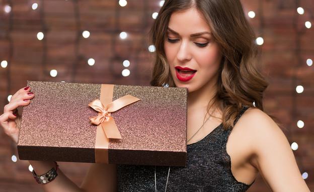 עובדת מקבלת מתנה (צילום: Shutterstock)