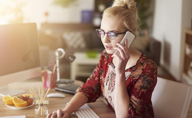 אישה צעירה מנהלת עסק קטן (אילוסטרציה: Shutterstock)