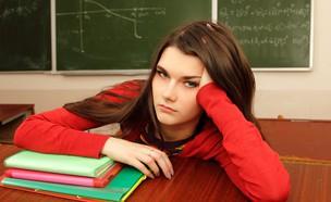 נערה עייפה בבית הספר (צילום: Shutterstock, מעריב לנוער)