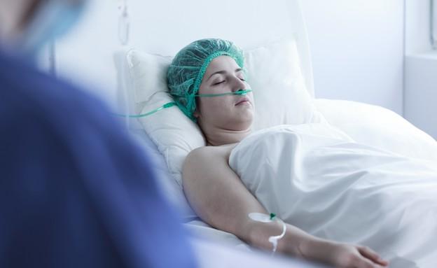 אישה במיטת בית חולים (צילום: Photographee.eu, Shutterstock)