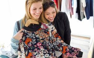 שתי נשים קונות בגדים (אילוסטרציה: Shutterstock)