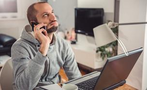 גבר מדבר בטלפון (אילוסטרציה: Shutterstock)