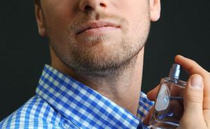 גבר שם בושם (צילום: Shutterstock)