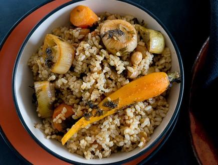 אורז מלא עם חומוס, צימוקים וירקות שורש