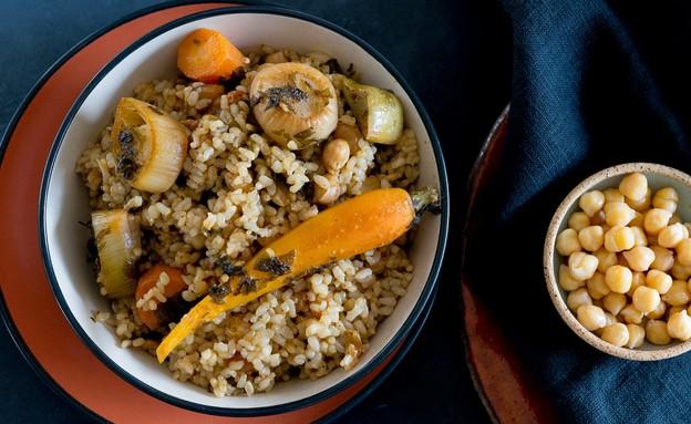 אורז מלא עם חומוס, צימוקים וירקות שורש (צילום: ענבל כבירי, אוכל טוב)