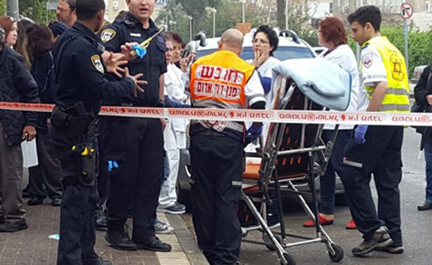 """זירת הרצח בקופת החולים בחולון (צילום: תיעוד מבצעי מד""""א)"""