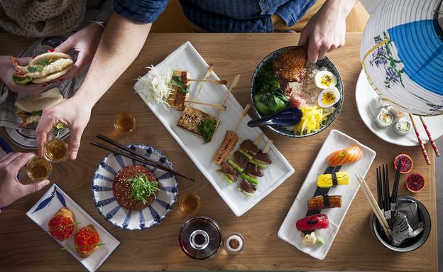 אוקינאווה - שולחן מלא (צילום: אפיק גבאי,  יחסי ציבור )