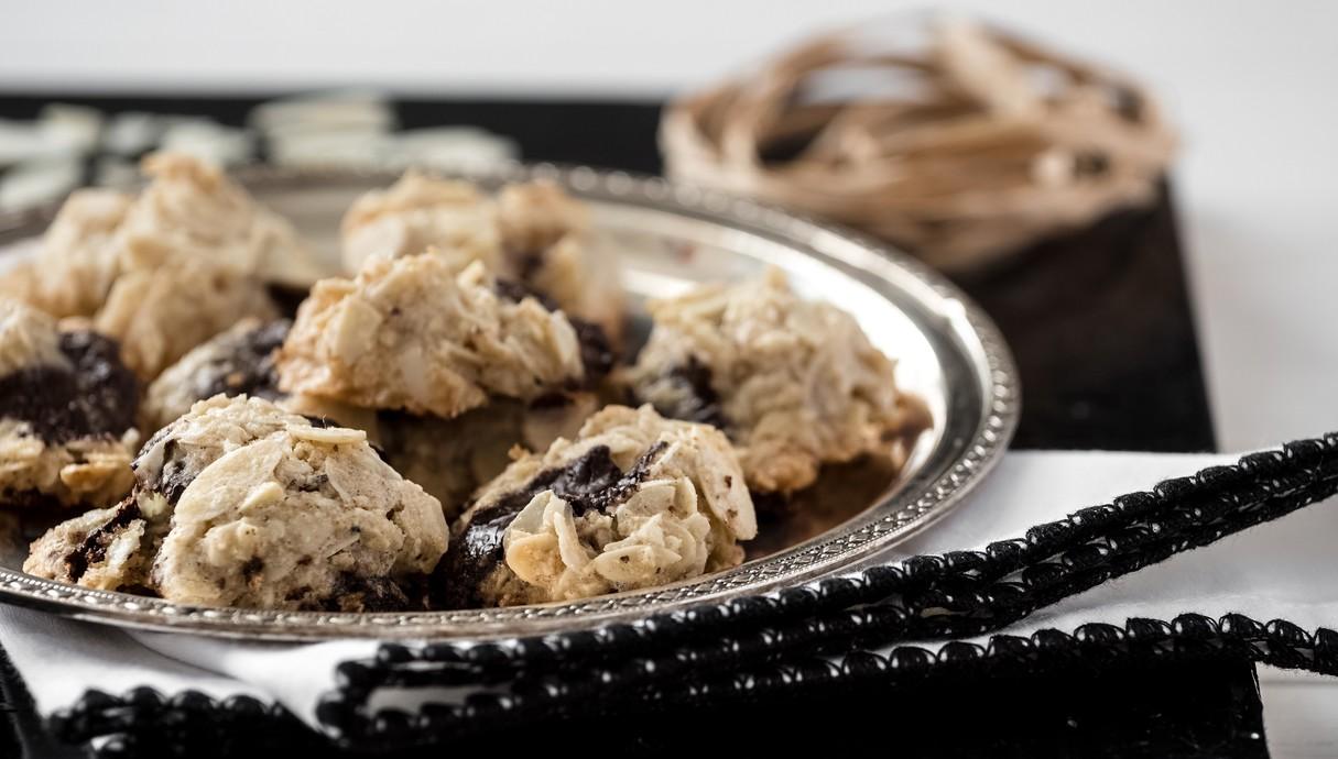 עוגיות שקדים מדופדפים ושוקולד צ'יפס מוכנות