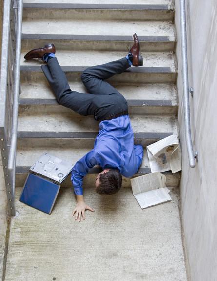 נופל במדרגות (צילום: Shutterstock)