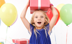 ילדה מקבלת מתנה  (צילום: Shutterstock)