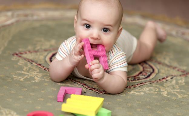 תינוק משחק על שטיח (צילום: Shutterstock)