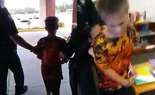 """""""יש לו אוטיזם, הוא רק בן 10!"""". תיעוד המעצר (צילום: מתוך פייסבוק)"""