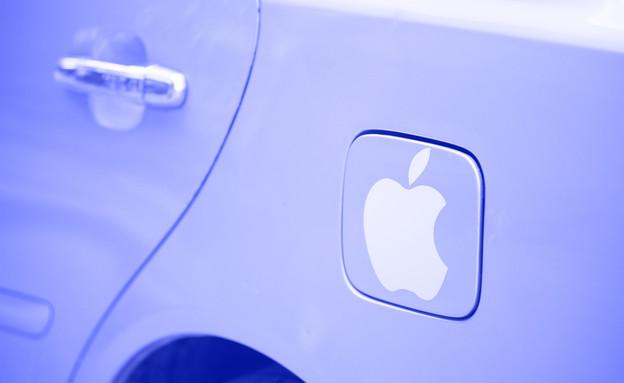 מכונית עם סמל אפל על מכסה מיכל הדלק (צילום: ShutterStock)