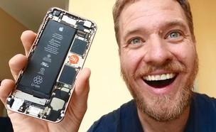סקוטי אלן והאייפון שהרכיב בעצמו (צילום: Strange Parts / YouTube, יוטיוב)