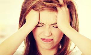 אישה כאב ראש  (צילום: PhotoMediaGroup, Shutterstock)