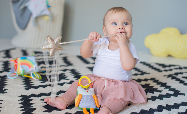 תינוק משחק על שטיח (צילום: Photo by MHIN, Shutterstock)