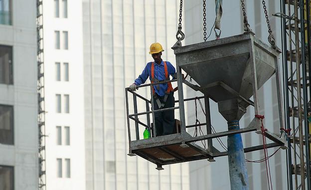 עובד זר באתר בנייה בקטאר (צילום: Sean Gallup, GettyImages IL)
