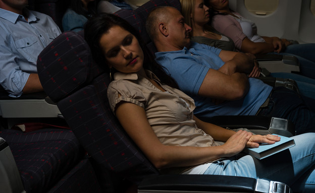ישנים במטוס (צילום: Shutterstock)