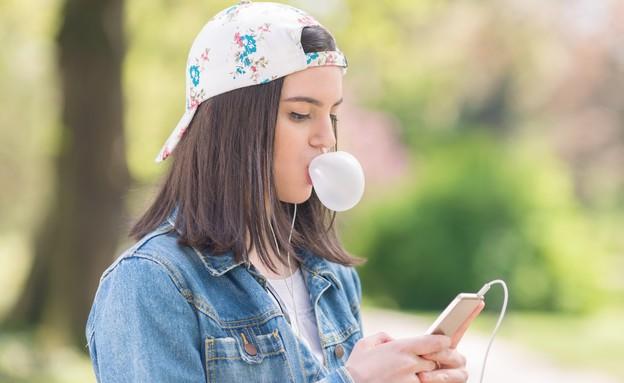 בחורה בטלפון (צילום: Shutterstock, מעריב לנוער)