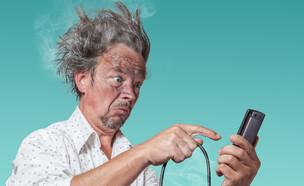 שימוש לא נכון בסמארטפון (צילום: Shutterstock)
