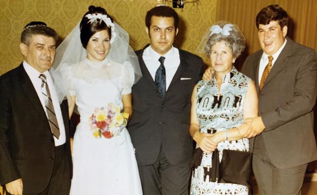דבי מורג עם הוריה (צילום: באדיבות המשפחה)