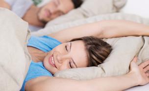 גבר ואישה מתעוררים בבוקר (צילום: Shutterstock)