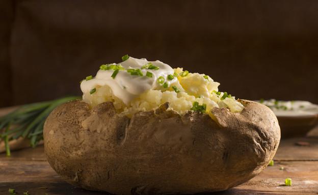 תפוח אדמה עם יוגורט (צילום: Rob Stathem, Shutterstock)