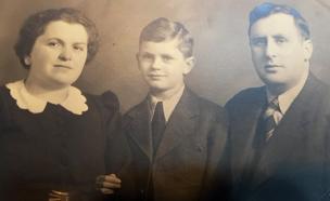איימי עם בעלה סמואל ובנה דני (צילום: MyHeritage)