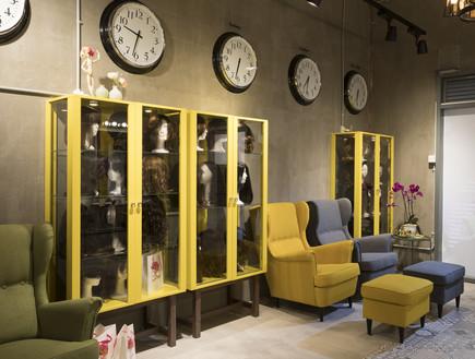 מחלקה עסקית 09, ארונות צהובים משמשים לתצוגה