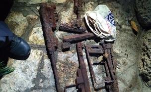 האקדח הישן שהתגלה בשיפוץ (צילום: דוברות המשטרה)