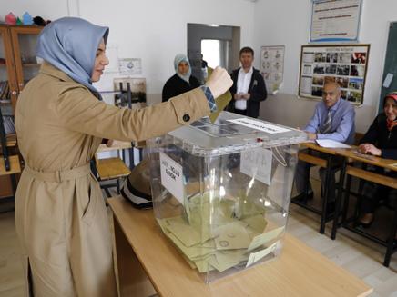 מצביעה במשאל העם בטורקיה, החודש