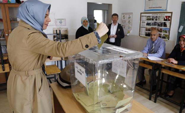 מצביעה במשאל העם בטורקיה, החודש (צילום: רויטרס)
