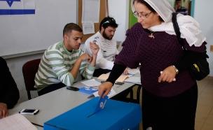 אזרחית ערבייה-שראלית מצביעה בקלפי (צילום: רויטרס)