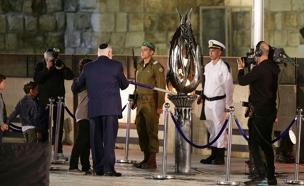 הנשיא ריבלין מדליק את המשואה בטקס יום הזיכרון כותל (צילום: חדשות 2)