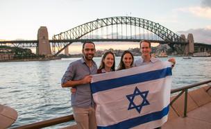 שליחי הסוכנות היהודית עם דגל ישראל ברחבי העולם (צילום: יחסי ציבור)