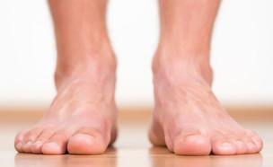 כפות רגליים גבר (צילום: LeventeGyori, Shutterstock)