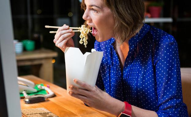 לאכול במשרד (אילוסטרציה: Shutterstock)