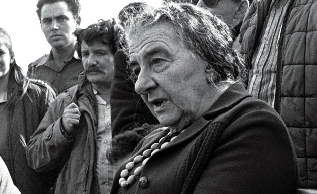 גולדה מאיר בחזית עם חיילים (צילום: רויטרס)