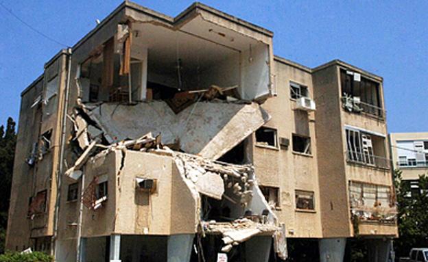 """בניין שנפגע מרקטה במלחמת לבנון השנייה (צילום: משה מילנר, לע""""מ)"""