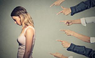 אצבעות מכוונות אל בחורה צעירה (צילום: ShutterStock)