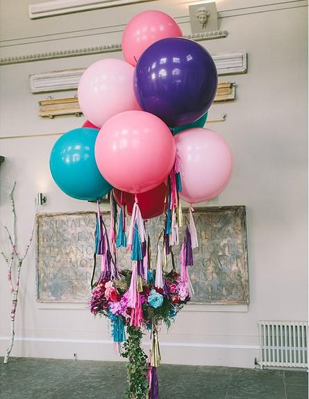 חתונות17, סידור פרחים בשילוב בלונים ענקיים (צילום: יחסי ציבור)