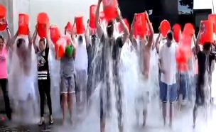 אנשים משתתפים באתגר דלי הקרח (צילום: יוטיוב)